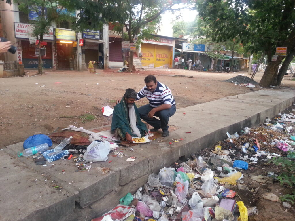 Narayanan Krishnan feeding the homeless on the streets of Madurai- ©T.Nazeer
